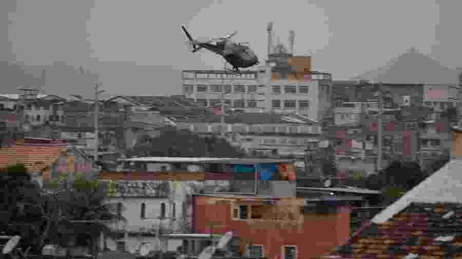 Helicóptero da Polícia Civil sobrevoa favela do Rio de Janeiro - Estadão Conteúdo