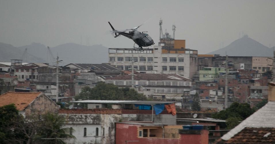 15.08.2017- Helicóptero da Polícia Civil sobrevoa favela do Rio de Janeiro