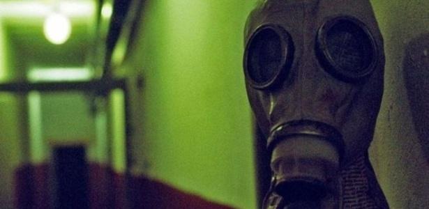 Máscaras de gás estilo soviético enfeitam corredores do bunker histórico - Stephen Dowling/BBC