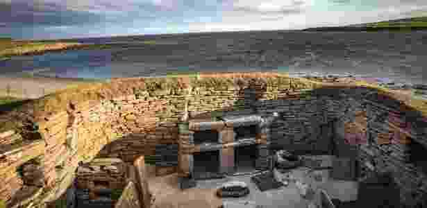 Uma casa em Skara Brae, uma das aldeias da Idade da Pedra mais bem preservadas da Europa, nas ilhas Órcades, na Escócia - Josh Haner/The New York Times