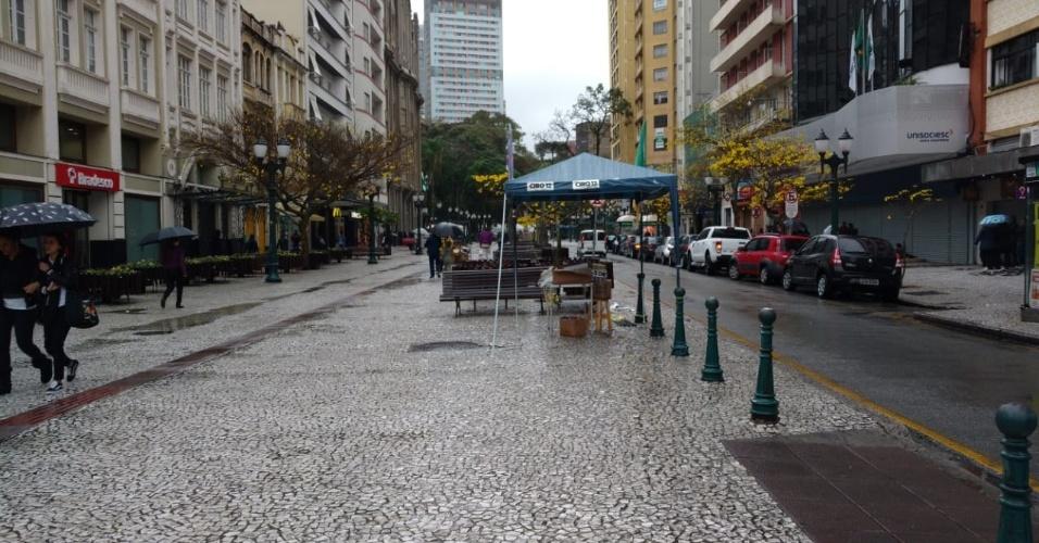 As tendas com adesivos e materiais de campanhas políticas colocadas no calçadão da rua XV de Novembro, famosa via de comércios no centro de Curitiba, tiveram pouca movimentação na tarde deste sábado