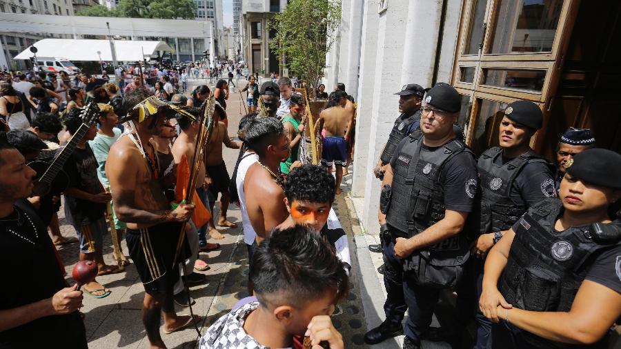 27.mar.2019 - Índios guarani da tribo do Jaraguá, no extremo oeste de São Paulo, realizam um protesto em frente à Prefeitura, no centro da capital - NELSON ANTOINE/ESTADÃO CONTEÚDO