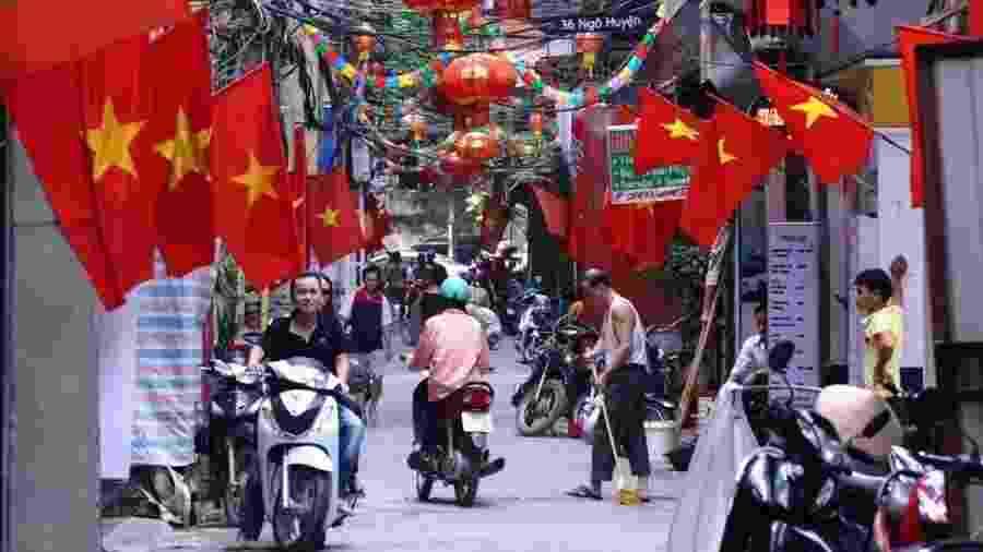 Bandeiras vermelhas e lanternas são destaque em festia no bairro antigo de Hanói, no Vietnã - Hoang Dinh/AFP