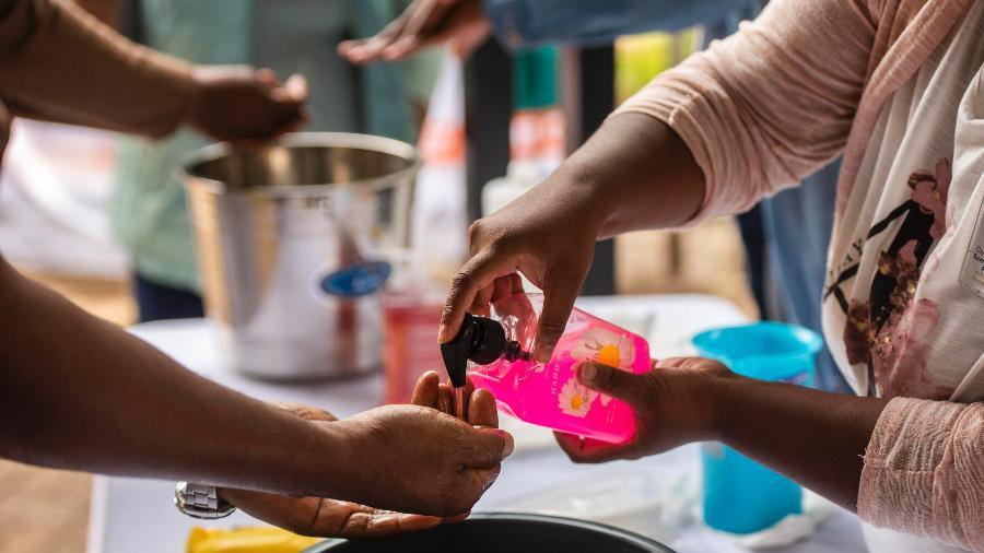 Pessoas lavam suas mãos antes de reunião na África do Sul - Alet Pretorius/Gallo Images via Getty Images