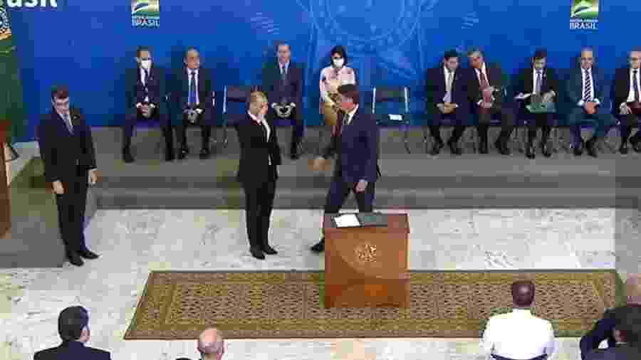 André Mendonça, ministro da Justiça, presta continência ao presidente Jair Bolsonaro ao tomar posse - TV Brasil/Reprodução