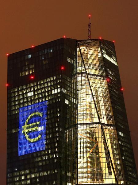Sinal do euro na sede do Banco Central Europeu, em Frankfurt, Alemanha - Kai Pfaffenbach