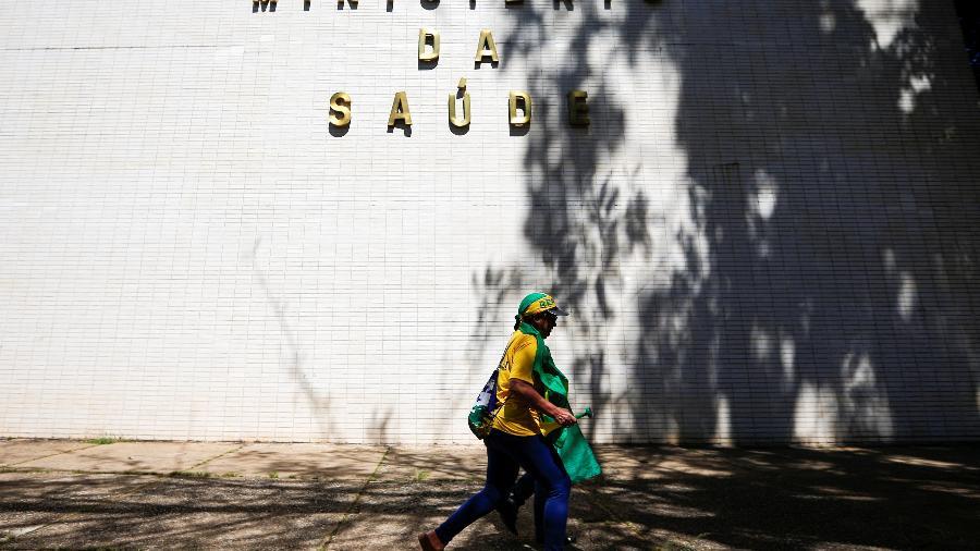 Manifestante de apoio ao governo passa em frente ao Ministério da Saúde, em Brasília - ADRIANO MACHADO