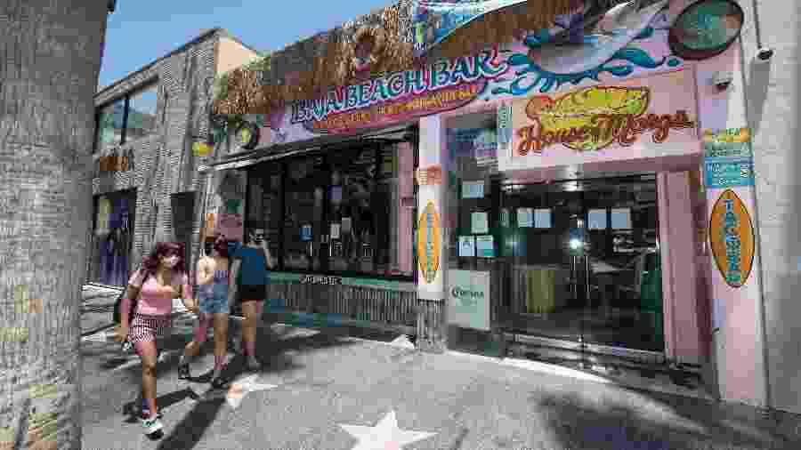 Os bares do condado de Los Angeles, o mais populoso do país, já tinham tido que fechar as portas no fim de semana passado - AFP
