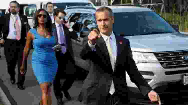 Três pessoas nesta foto escreveram livros sobre Trump: Omarosa (vestido azul), Anthony Scaramucci (ao telefone) e Corey Lewandowski (apontando) - Reuters - Reuters
