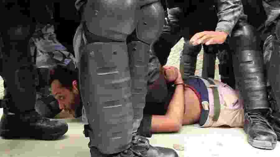 Dramaturgo André Luiz Monteiro no momento em que era preso pela Polícia Militar do Rio durante reintegração de posse da Aldeia Maracanã - Reprodução/Filme Urutau: Resistência Marakanã