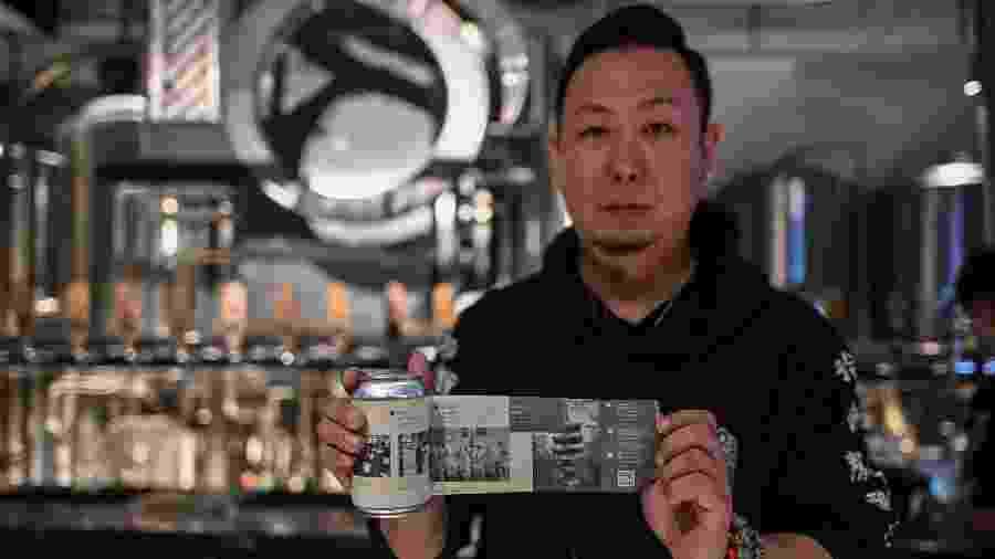 Wuhan conta epidemia em uma lata de cerveja - Hector RETAMAL / AFP