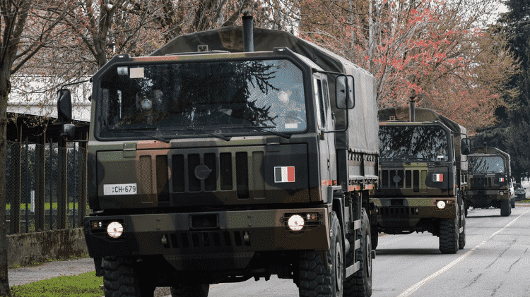 Em Bergamo, na Itália, caminhões do exército foram recrutados para recolher os caixões dos mortos pela covid-19 - Getty Images - Getty Images