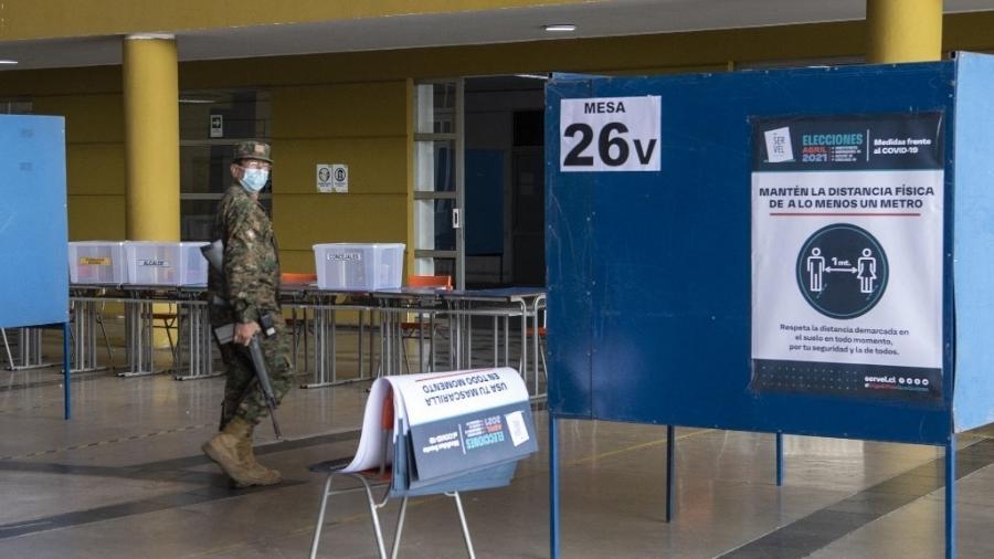 14.mai.2021 - Posto de votação está preparado para eleitores em Santiago, no Chile - 14.mai.2021 - Martin Bernetti/AFP