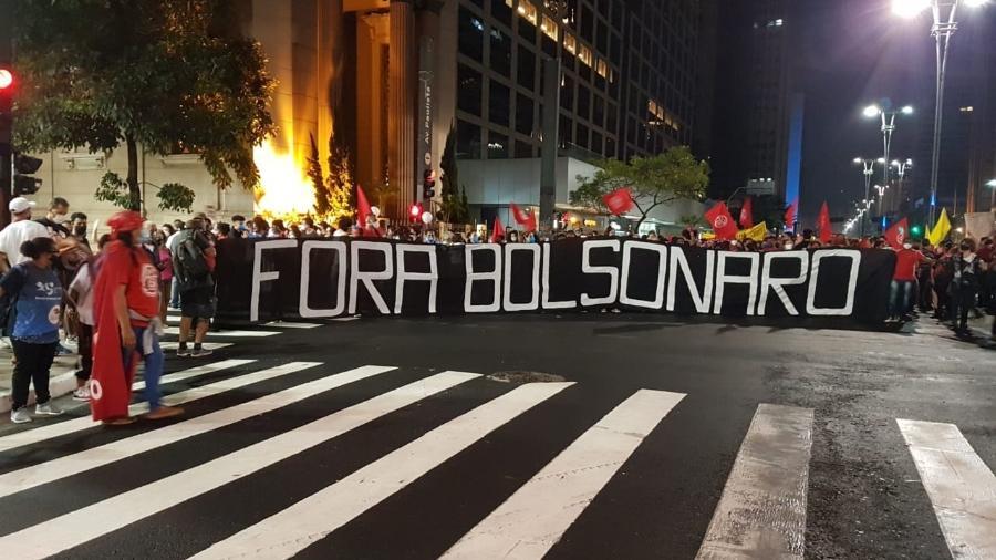 """Cartaz pede """"Fora Bolsonaro"""" em ato na Avenida Paulista: bem que a grande mídia, como em 1984, tentou esconder a dimensão dos protestos, mas hoje temos a internet - José Dacau/UOL"""