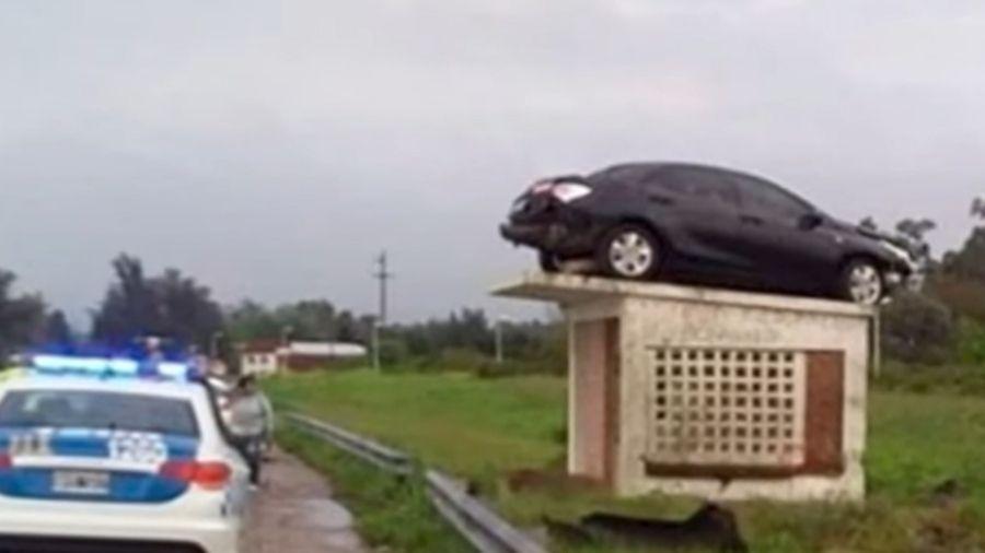 Motorista Luis Martin dirigia a caminho do trabalho, quando bateu em uma mureta e capotou até parar em cima de estrutura - Reprodução/Youtube