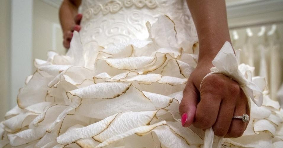 18.jun.2015 - Modelo usa vestido de noiva feito de papel higiênico chamado 'A Silhueta do Meu Jardim', durante o 11º concurso anual na boutique Kleinfeld Bridal, em Nova York (EUA). Na competição, estilistas participantes mostram suas habilidades usando apenas papel higiênico Charmin, cola, fita, agulha e linha. É oferecido um prêmio de US$ 10 mil (cerca de R$ 30,5 mil)