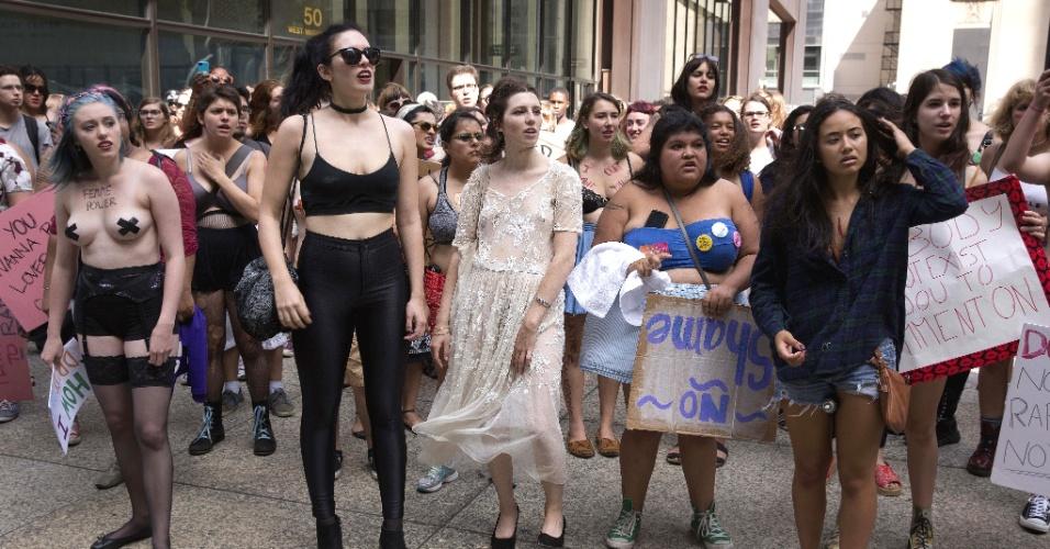 23.ago.2015 - Mulheres participam da quinta Marcha das Vadias, em Chicago (EUA), no sábado (22) em protesto contra a violência sexual e de gênero