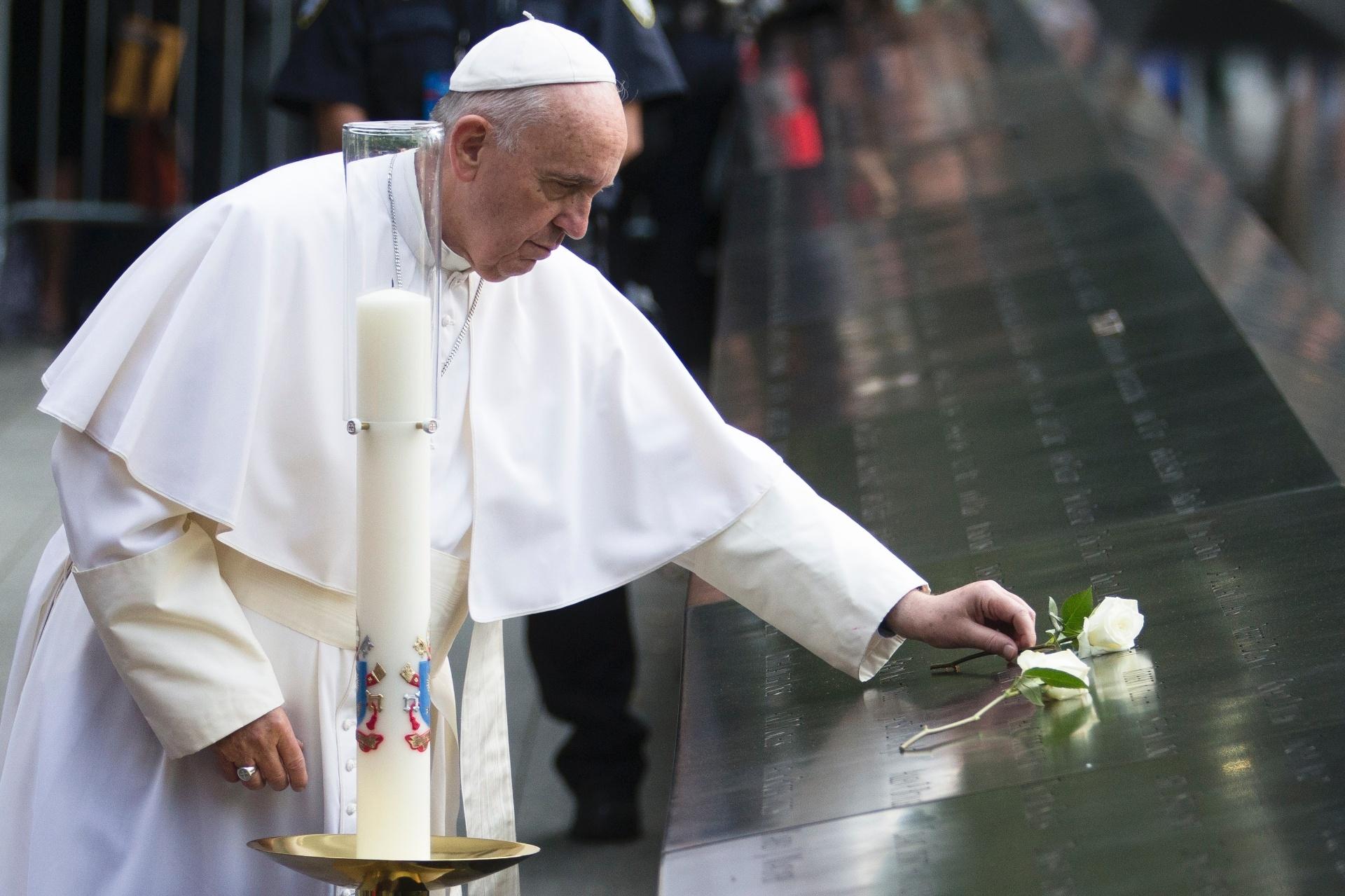 25.set.2015 - O papa Francisco deixa uma rosa branca em memorial das vítimas do 11 de Setembro, em Nova York. Francisco discursou pela primeira vez na ONU, em prévia da Assembleia Geral das Nações Unidas