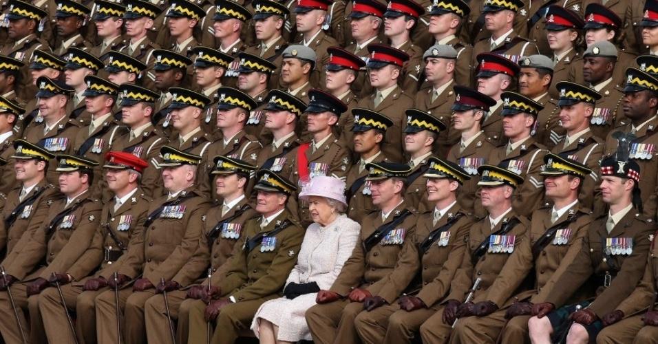 28.set.2015 - A rainha da Inglaterra, Elizabeth 2ª, visita o quartel da guarda escocesa Dragões Reais em Fife, no Reino Unido