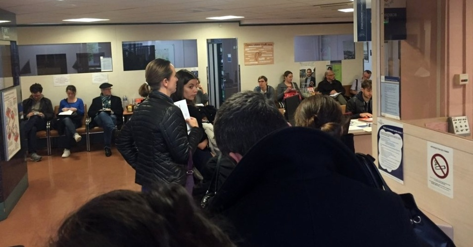 14.nov.2015 - Pessoas fazem fila para doar sangue em um hospital de Paris