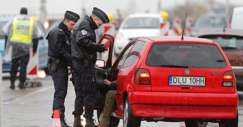 20.nov.2015 - Policiais franceses fazem controle na fronteira do país com a Alemanha nesta sexta (20), na região de Estrasburgo. Ele checam veículos e verificam a identidade dos viajantes. As medidas da segurança foi intensificadas desde os ataques terroristas em Paris em 13 de novembro