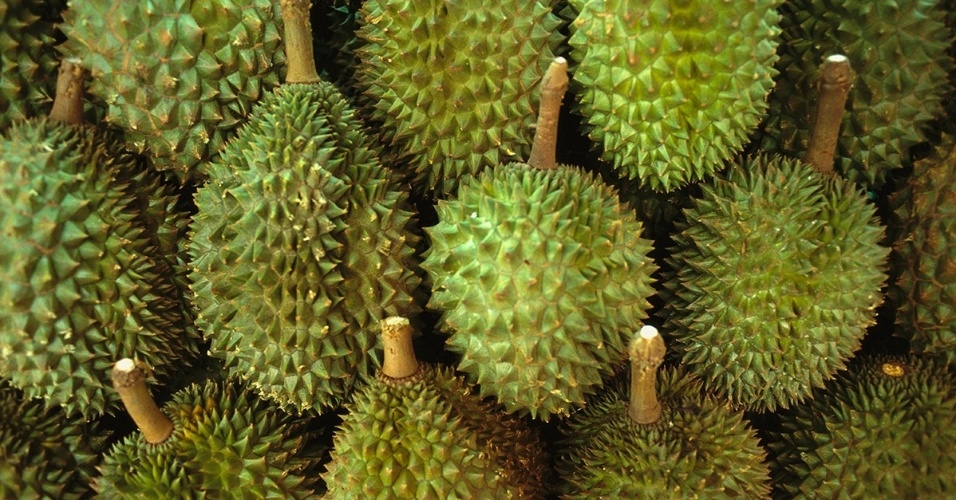7.dez.2015 - O durião é vendido num mercado em Cingapura, um dos maiores importadores do mundo. O fruto, nativo da Malásia e Indonésia, é conhecido pelo odor forte e desagradável