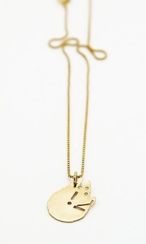 Colar Millenium Falcon, feito em ouro, criado pela designer Malaika Raiss, de Berlin (Alemanha). A joia é vendida naquele país por 75 euros (cerca de R$ 310)