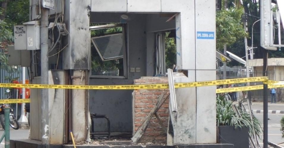 14.jan.2016 - Explosivos destruiram um posto policial no centro de Jacarta, capital da Indonésia. Uma série de explosões e um tiroteio deixou, ao menos sete mortos. A polícia detalhou que o ataque foi cometido por entre 10 e 14 homens armados e que ao menos cinco deles foram mortos ou se explodiram