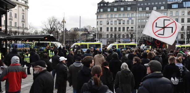 Grupos opostos contra e favor da imigração se reuniram em Estocolmo neste sábado