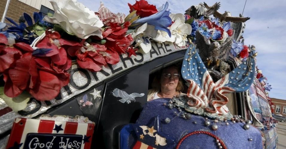 1º.jan.2016 - Linda Farley, eleitora do candidato republicano à Presidência dos EUA, Ted Cruz, posa para foto no seu carro decorado com objetos patrióticos do lado de fora de um evento de campanha no Iowa (EUA)