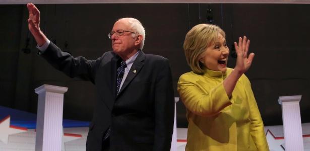 12.fev.2016 - O senador Bernie Sanders e a ex-secretária de Estado Hillary Clinton cumprimentam a plateia antes de mais um debate entre os pré-candidatos democratas à eleição presidencial dos Estados Unidos, marcada para novembro de 2016