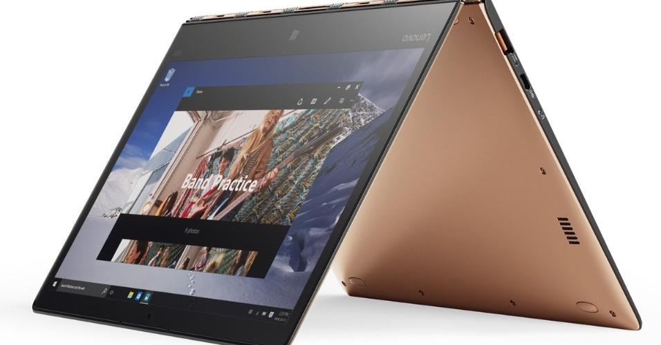 10.mar.2016 - Lançado em janeiro na feira CES, em Las Vegas, o Yoga 900s, notebook híbrido da Lenovo, foi anunciado no Brasil pela fabricante chinesa nesta quinta-feira (10). O modelo tem apenas 12,8 milímetros de espessura e pesa 999 gramas. Com sua dobradiça similar a uma pulseira de relógio, ele gira o monitor em 360º. Traz processador Intel Core M7, som Dolby Audio Premium e tela QHD (2560 x 1440 pixels). Também há uma caneta opcional para anotar o que quiser no touch screen. O Yoga 900s chega ao Brasil no segundo trimestre de 2016, com preço ainda não informado