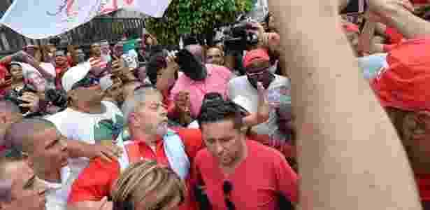 13.mar.2016 -O ex-presidente Luiz Inácio Lula da Silva (PT) se encontra com movimentos sociais em frente ao prédio onde mora em São Bernardo do Campo, no ABC Paulista. Petistas fazem manifestação em apoio a Lula neste domingo (13) em que ocorrem protestos contra o governo da presidente Dilma Rousseff (PT) em pelo menos nove Estados e no Distrito Federal - Nelson Almeida/AFP - Nelson Almeida/AFP