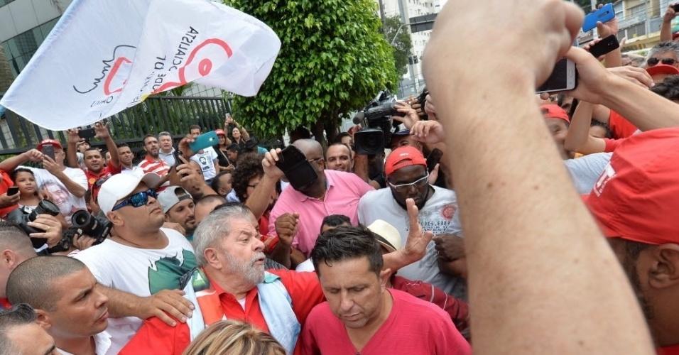 13.mar.2016 -O ex-presidente Luiz Inácio Lula da Silva (PT) se encontra com movimentos sociais em frente ao prédio onde mora em São Bernardo do Campo, no ABC Paulista. Petistas fazem manifestação em apoio a Lula neste domingo (13) em que ocorrem protestos contra o governo da presidente Dilma Rousseff (PT) em pelo menos nove Estados e no Distrito Federal