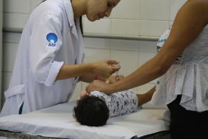 Criança recebe vacina contra a gripe H1N1