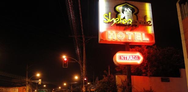 Marido troca tiros com amante da mulher na saída de motel depois de suspeita de traição