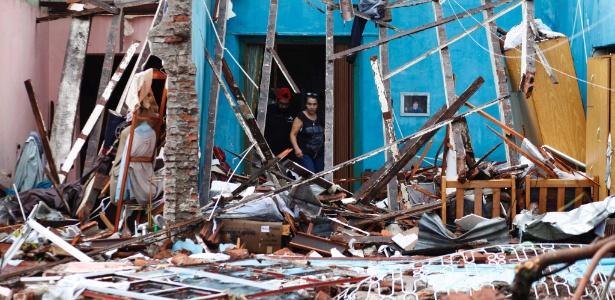Moradores observam o que restou de suas casas após passagem de tornado em Dolores, no Uruguai