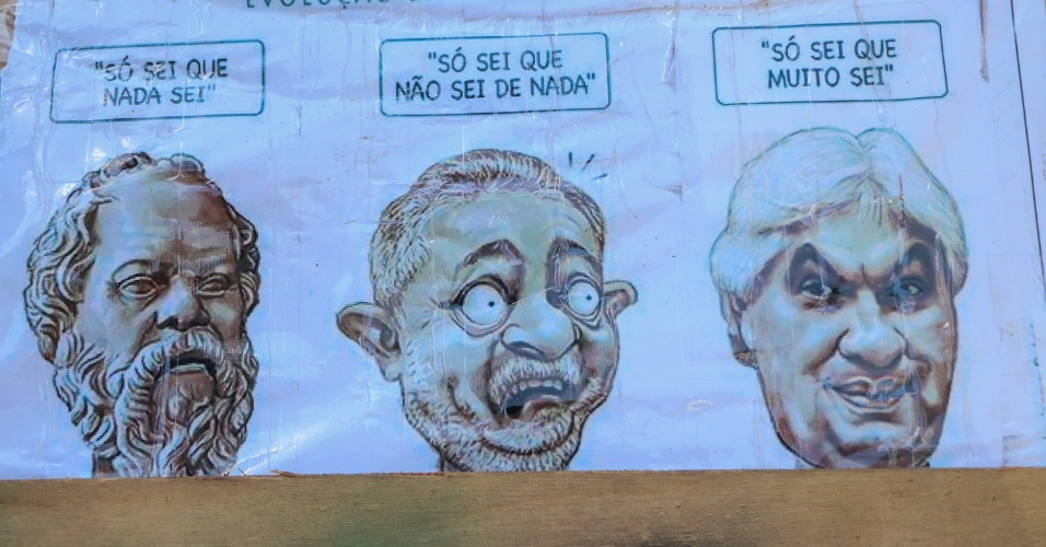 25.abr.2016 - Cartazes contrários ao governo da presidente Dilma Rousseff foram colocados em acampamento de manifestantes pró-impeachment em frente à Fiesp (Federação das Indústrias do Estado de São Paulo), na avenida Paulista, região central de São Paulo (SP)