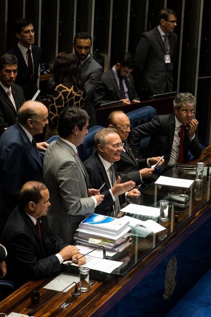 10.mai.2016 - O Senado Federal cassou o mandato do senador Delcídio do Amaral (sem partido-MS) (não está na foto), que era alvo de processo no Conselho de Ética por quebra de decoro. A punição foi aprovada por 74 dos 81 senadores, em votação no plenário. O presidente da Casa, Renan Calheiros (no centro da foto), não votou