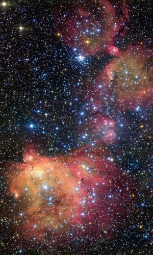 18.mai.2016 - BRILHANTE E AZUIS, ESTRELAS SE ENFEITAM COM NEBULOSA: Um telescópio do ESO (Observatório Europeu do Sul) registra o forte brilho de um grupo de jovens estrelas azuis e brancas, chamado de LH 72. Esta luz energiza o gás que restou da recente formação estelar, que aconteceu há
