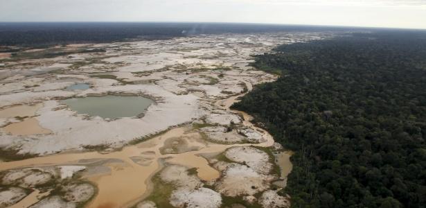 Área desmatada ilegalmente para mineração na região peruana de Marde de Dios