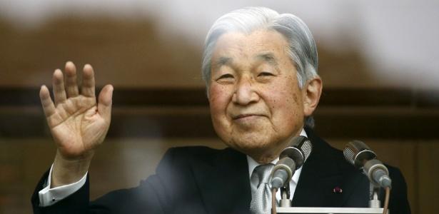 23.dez.2015 - O imperador japonês Akihito acena do Palácio Imperial para marcar o seu aniversário de 82 anos, em Tóquio, Japão