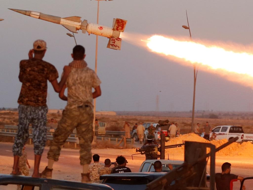 4.ago.2016 - Combatentes das forças líbias disparam um foguete contra os combatentes do grupo Estado Islâmico no Sirte, na Líbia