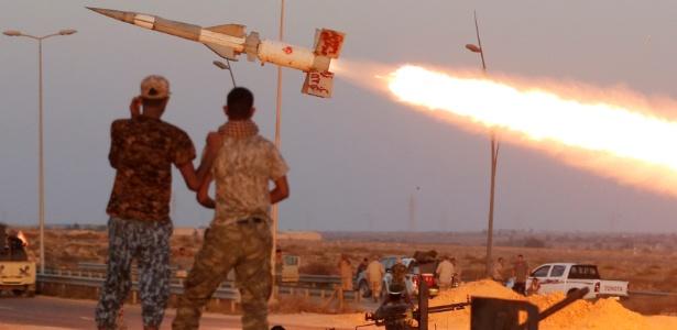Combatentes das forças líbias disparam foguete contra combatentes do grupo Estado Islâmico em Sirte (Líbia)