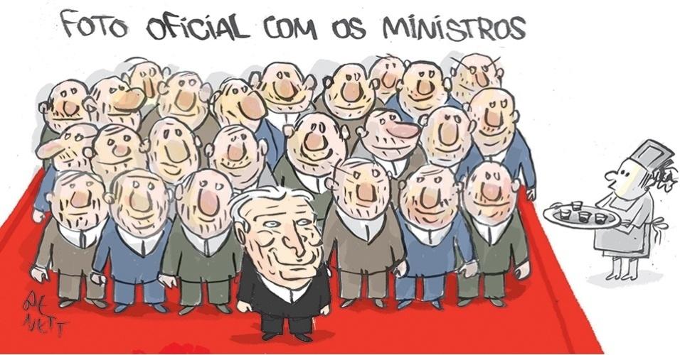 """12.mai.2016 - Ao assumir o Palácio do Planalto, uma das primeiras medidas do presidente interino, Michel Temer, foi reduzir o número de ministérios de 32 para 23. Ele deu posse à equipe ministerial no dia 12 de maio e um fato chamou a atenção: todos eram homens e brancos. A falta de mulheres e negros na chefia das pastas gerou polêmica. A presidente afastada, Dilma Rousseff, criticou a escolha, dizendo que era """"a cara e a face mais triste do governo [Temer]"""""""