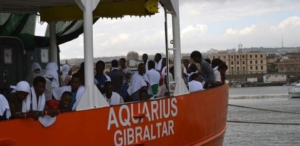 Os 551 refugiados chegaram ao porto de Catânia, na Sicília, depois de quase sete horas debaixo de chuva