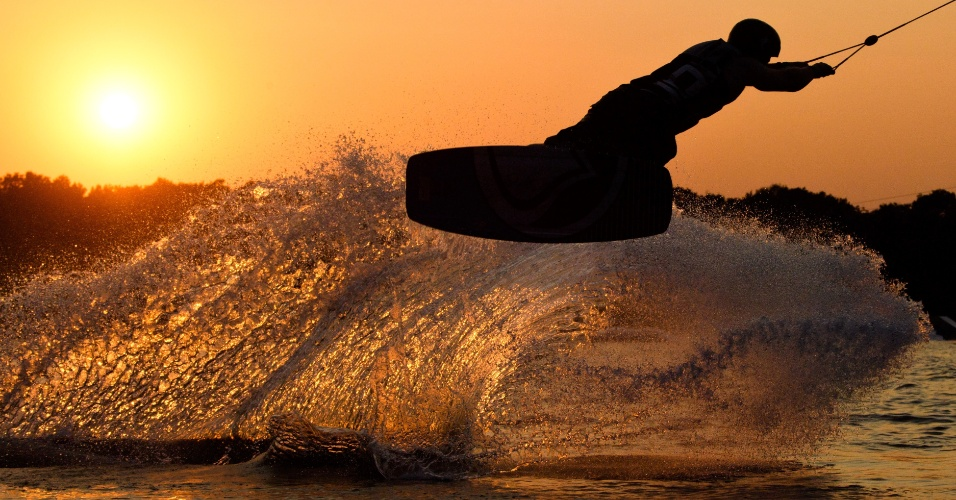 15.set.2016 - Wakeboarder salta sobre um lago em Garbsen durante o pôr do sol, em Hanover, na Alemanha