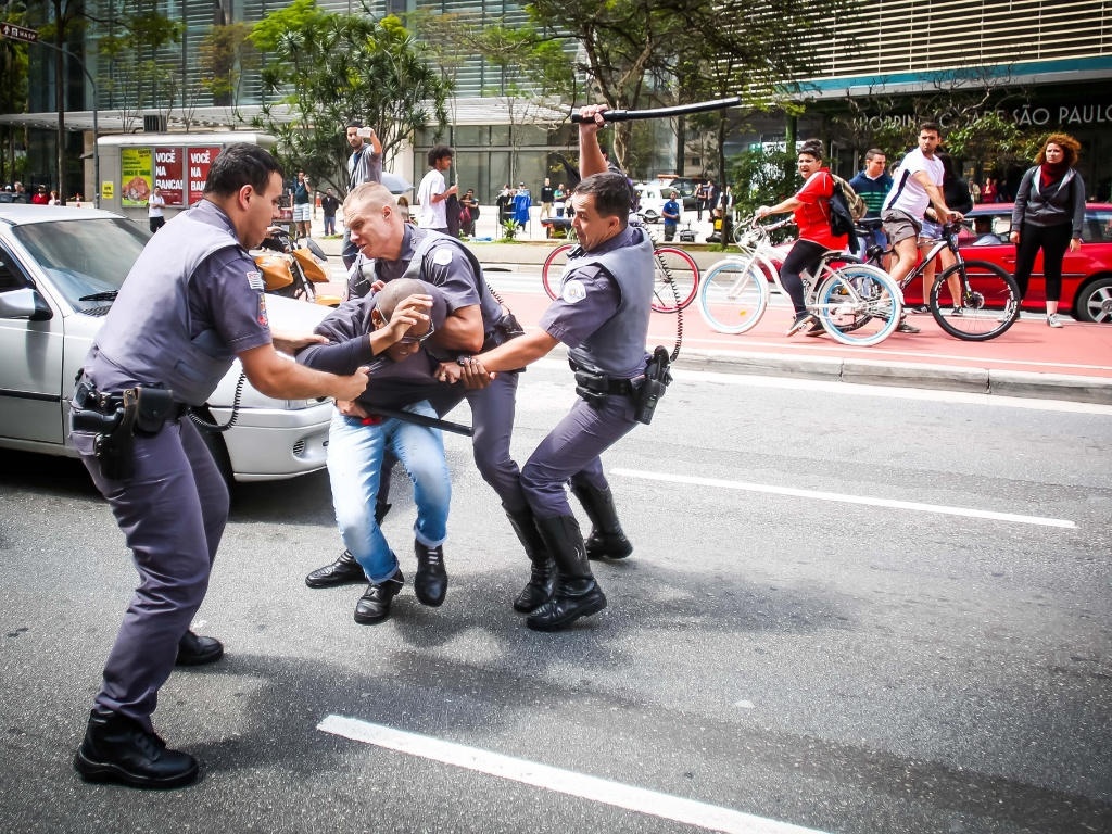 29.out.2016 - Até cerca de 15h (horário de Brasília), a manifestação pró-Trump na av. Paulista, em São Paulo, havia sido pacífica e reunido um público simbólico -- cerca de 20 manifestantes e quase a mesma quantidade de jornalistas cobrindo o evento