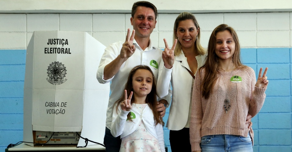 30.out.2016 - O candidato à prefeitura de São Bernardo do Campo Alex Manente (PPS) votou acompanhado da família na Escola Estadual Wallace Cockrane Simonsen, no ABC Paulista, no 2º turno das eleições municipais