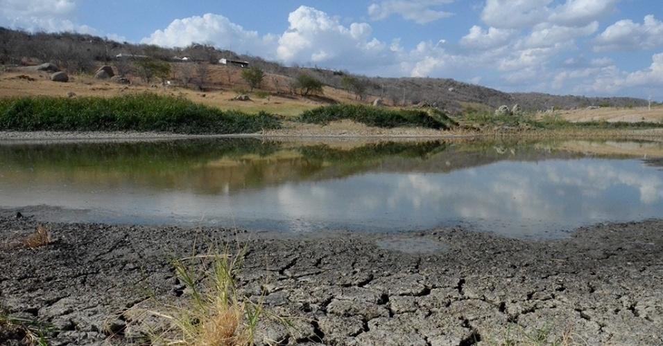 19.dez.2016 - Em Alagoinha (PE), não há mais nenhum ponto de acúmulo de água. A barragem Joaquim Américo, que sempre serviu à zona rural, secou, e há apenas um resto de água suja e fedida